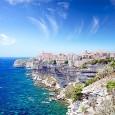"""Vechii greci au gãsit-o în peregrinãrile lor maritime şi au numit-o """"Kalliste"""" – Frumoasa. Se pare, nu greşeau câtuşi de puţin, insula cucerind instantaneu inima celui care se apropie de..."""