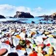 """Ştiaţi cã plaja """"Glass Beach"""" din MacKerricher State Park, California, este rezultatul a ani de zile de depozitare a deşeurilor americanilor – de la gunoi menajer la maşini abandonate, plus..."""