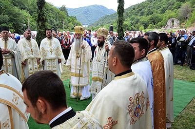 La sfârşitul sãptãmânii trecute, în duminica a doua dupã Rusalii, strãvechea vatrã monahalã a Vodiţei a îmbrãcat veşminte de sãrbãtoare, eveniment prilejuit de sãrbãtoarea care adunã an de an...
