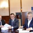 """Primarul Marius Screciu a semnat luni, alãturi de Ministrul Dezvoltãrii Regionale, Paul Stãnescu, contractele de finanţare în vederea demarãrii procedurilor de achiziţie:  """"O prioritate a mandatului meu o..."""
