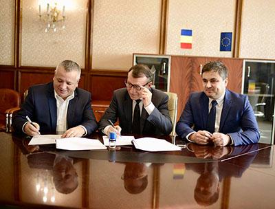 Într-o conferinţã de presã, Marius Screciu, primarul oraşului Drobeta-Turnu Severin a anunţat cã cel târziu în luna iunie a anului 2018 vor începe lucrãrile de asfaltare pentru strãzile din...