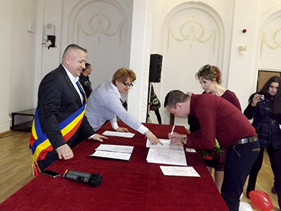 """La Palatul Culturii """"Teodor Costescu"""", de Ziua Îndrãgostiţilor, s-au întocmit trei certificate de cãsãtorie, pentru cei care şi-au dorit sã-şi uneascã destinele chiar în ziua în care se celebreazã dragostea..."""