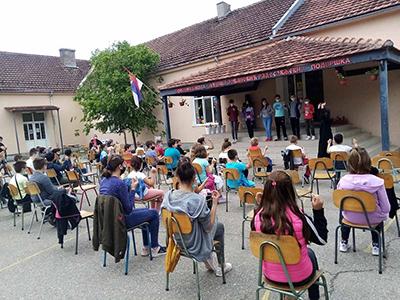 """Şcoala Gimnazialã din satul Podvrşka, arondat comunei Kladovo, a fost recent scena unui eveniment emoţionant. Asociaţia pentru Tradiţia şi Cultura Românilor """"Dunãrea"""" din Kladovo, a oferit cãrţi şi dicţionare..."""
